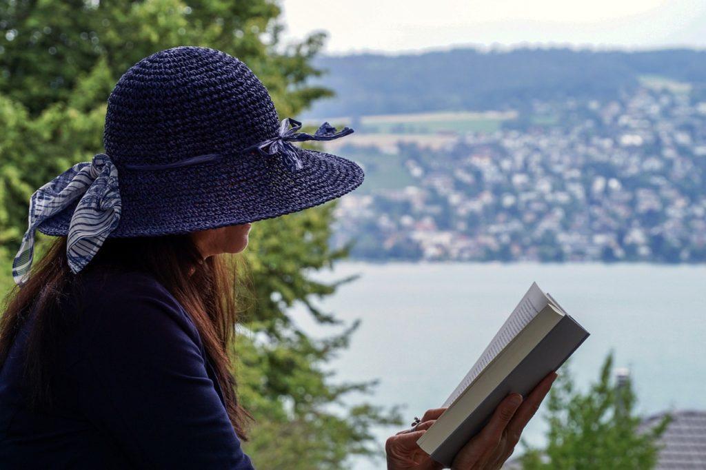 woman-читает книгу Мой Список РАдости